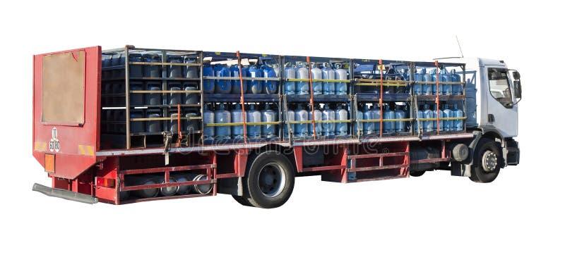 Vrachtwagens met vele gekleurde propaangashouders worden geparkeerd op witte achtergrond voor gemakkelijke selectie die stock foto