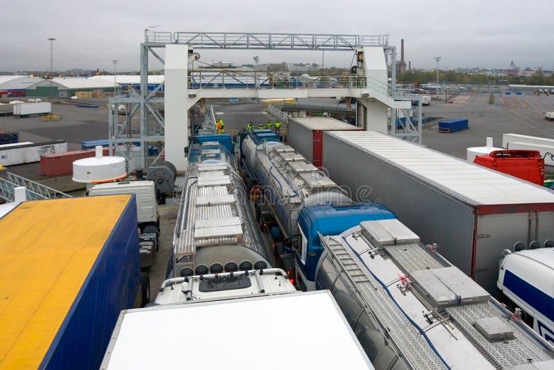 Vrachtwagens op veerboot stock afbeelding
