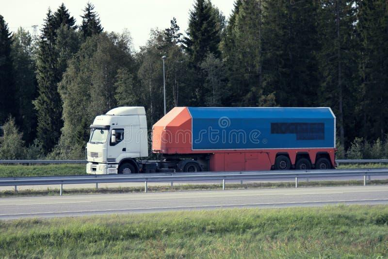 vrachtwagens Scandinavië op autobahn, tankvrachtwagen, tankwagen; tank-auto, caravan stock foto