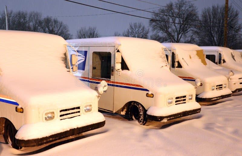 Vrachtwagens voor postbezorging, gedekt door sneeuw stock foto's