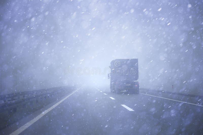Vrachtwagenvoertuig bij zware stortbui royalty-vrije stock afbeelding