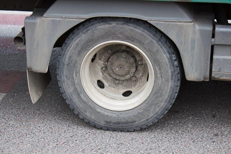 Vrachtwagenwiel op asfalt, Wiel van grote vrachtwagen en aanhangwagens, het wiel van de Close-upvrachtwagen op de weg stock foto's