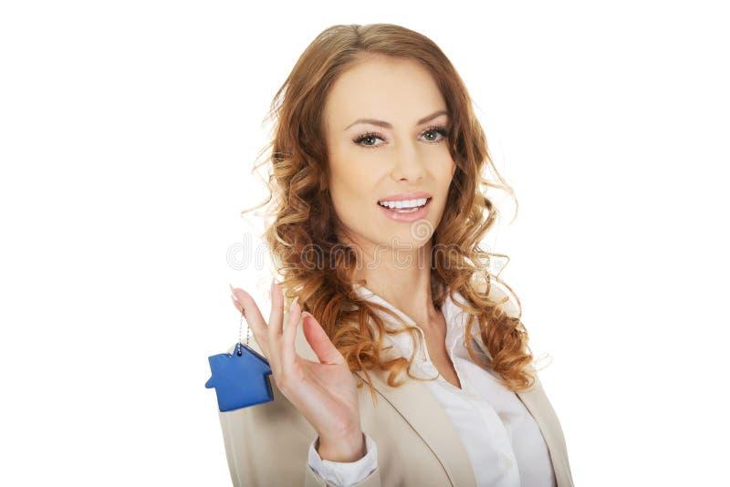 Vrai agent immobilier avec le pendant de maison photo libre de droits