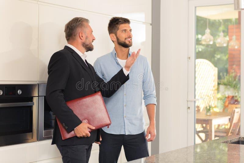 Vrai agent immobilier dans la cuisine photos stock