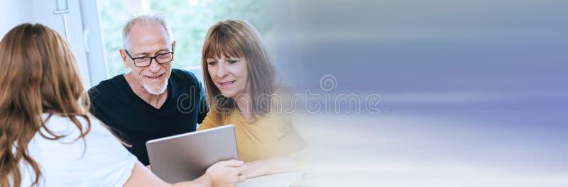 Vrai agent immobilier de réunion supérieure de couples ; bannière panoramique photographie stock