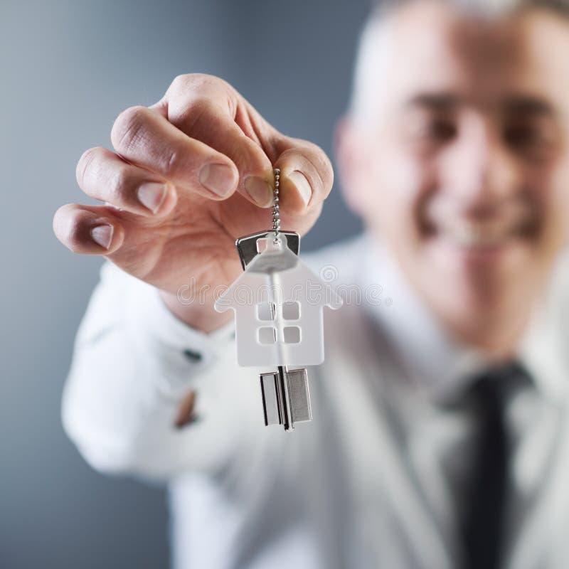 Vrai agent immobilier donnant des clés de maison photo libre de droits