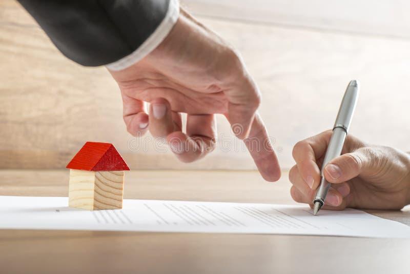 Vrai agent immobilier montrant à son client où signer un contrat de photo libre de droits
