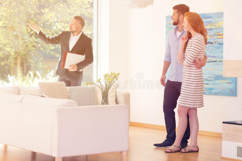 Vrai agent immobilier montrant la vue photo libre de droits