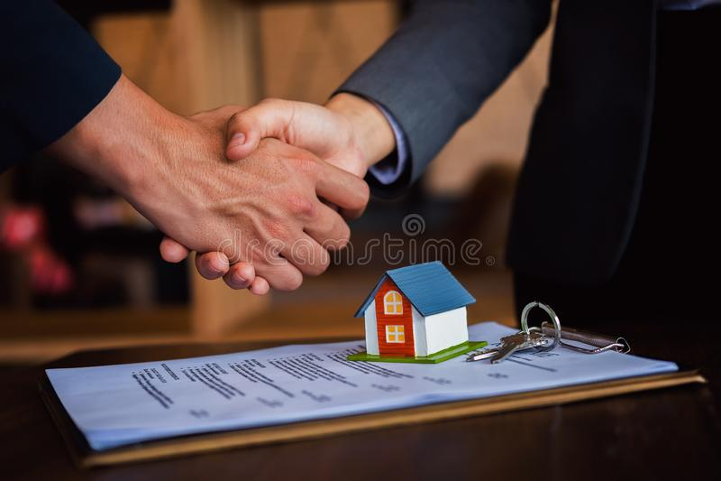 Vrai agent immobilier serrant la main au client, l'affaire réussie après s'être réuni, le concept des immobiliers et l'affaire image libre de droits