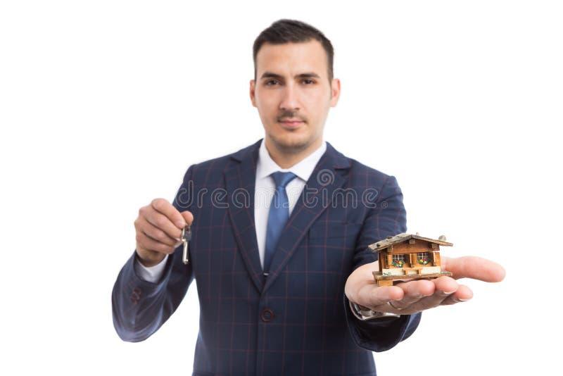 Vrai agent immobilier tenant les touches début d'écran de maison et photos stock