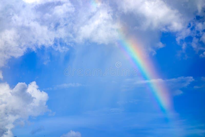 Vrai arc-en-ciel sur le ciel bleu avec le fond de nature de nuages images libres de droits