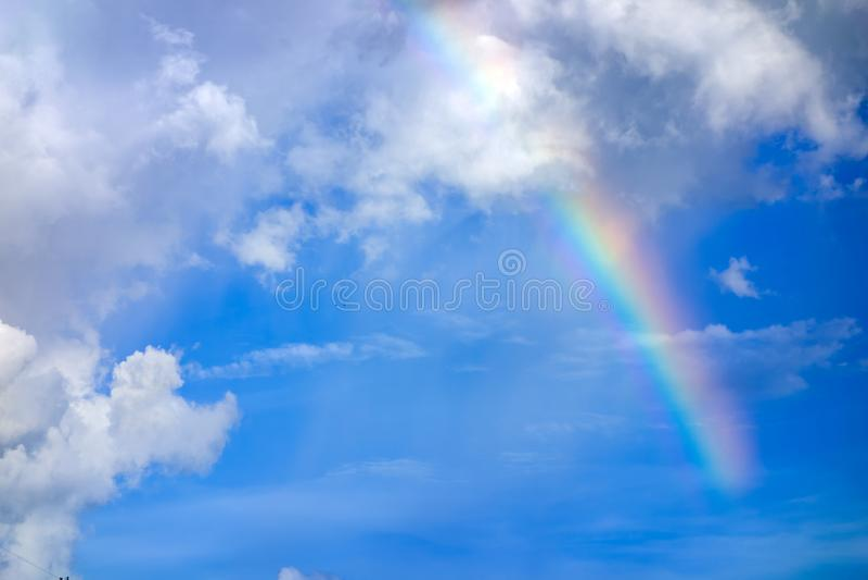 Vrai arc-en-ciel sur le ciel bleu avec le fond de nature de nuages photographie stock libre de droits