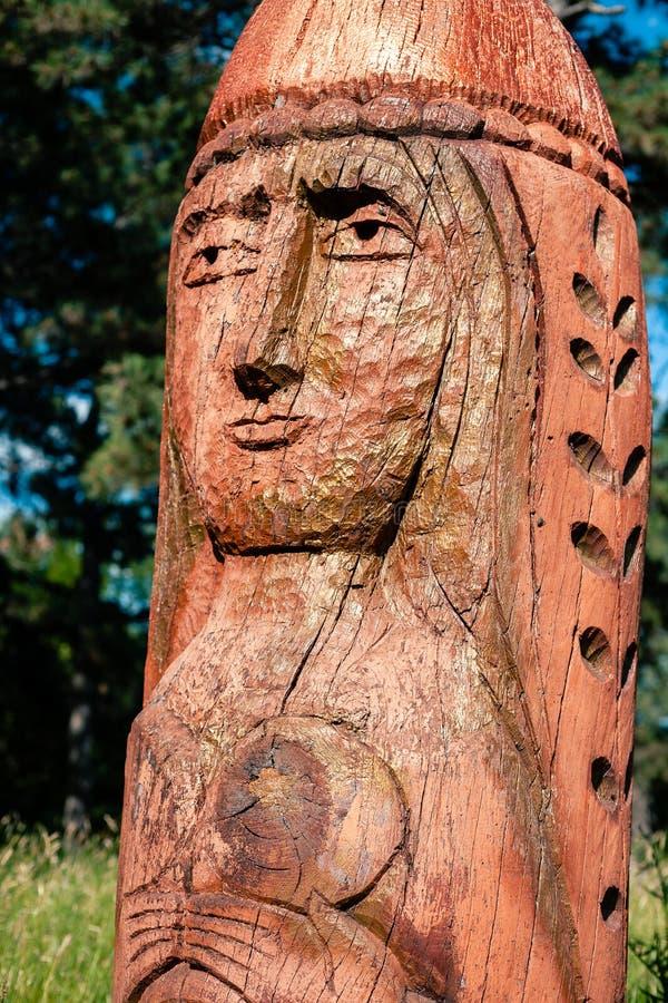 Vrai autel païen dans la forêt avec des idoles dans la lumière d'été images libres de droits