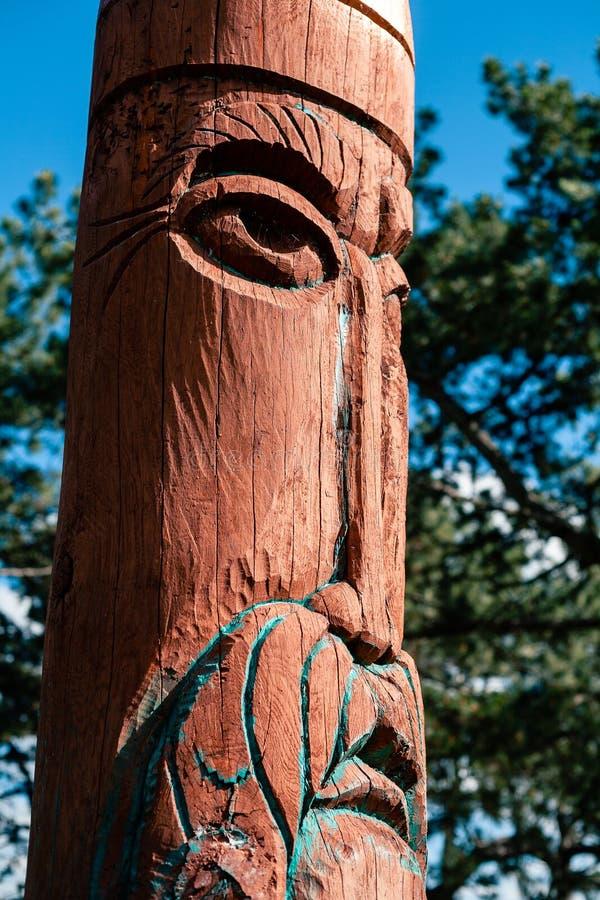 Vrai autel païen dans la forêt avec des idoles dans la lumière d'été image libre de droits
