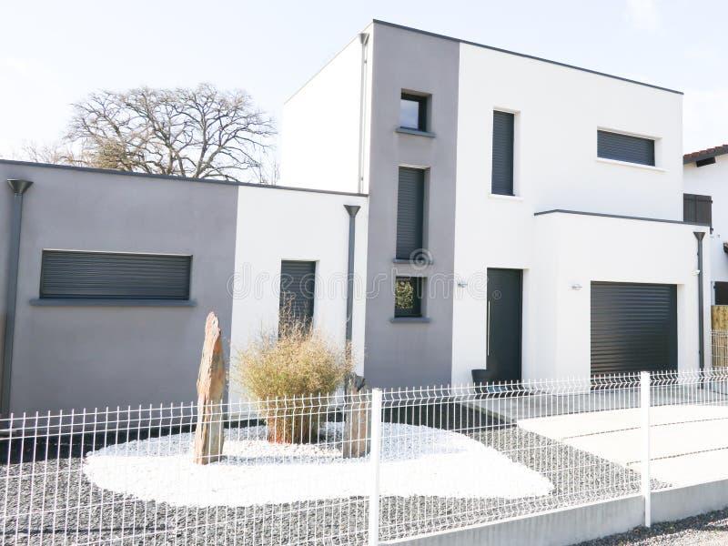Vrai domaine moderne gris et blanc moderne de maison images stock