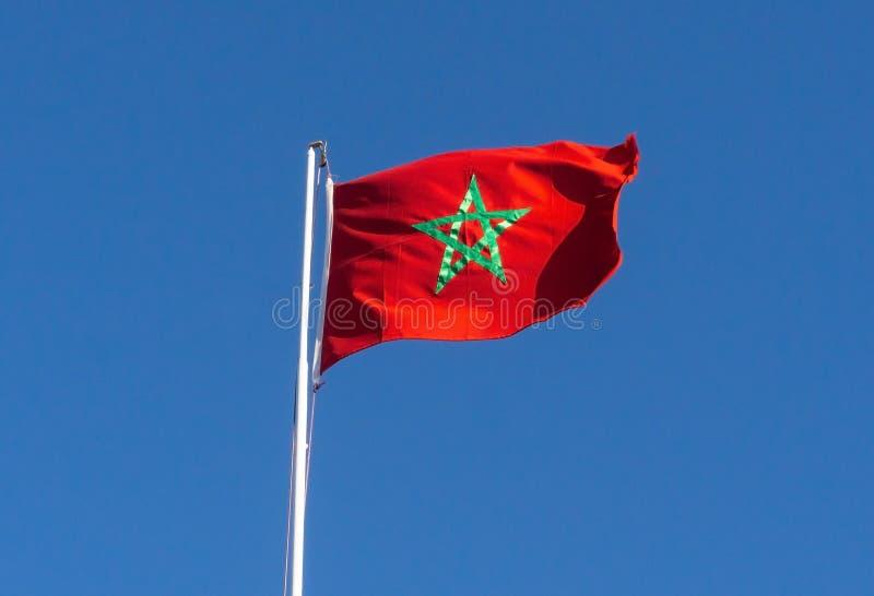 Vrai drapeau du Maroc sur le fond de ciel bleu photographie stock libre de droits