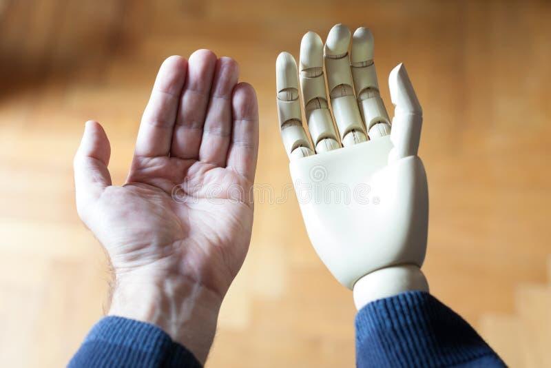 vrai et prosthétique bras photographie stock