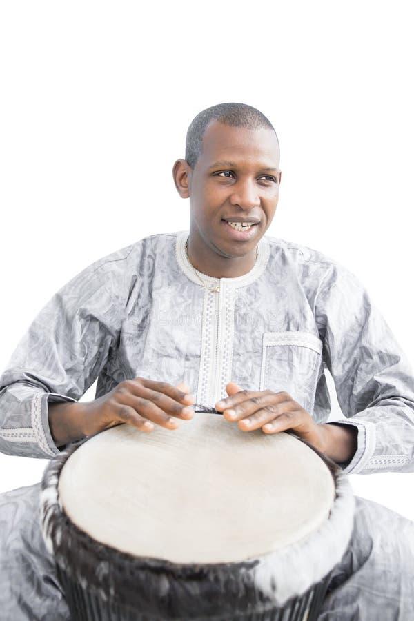 Vrai joueur de Djembe, vêtement traditionnel, Sénégal image stock