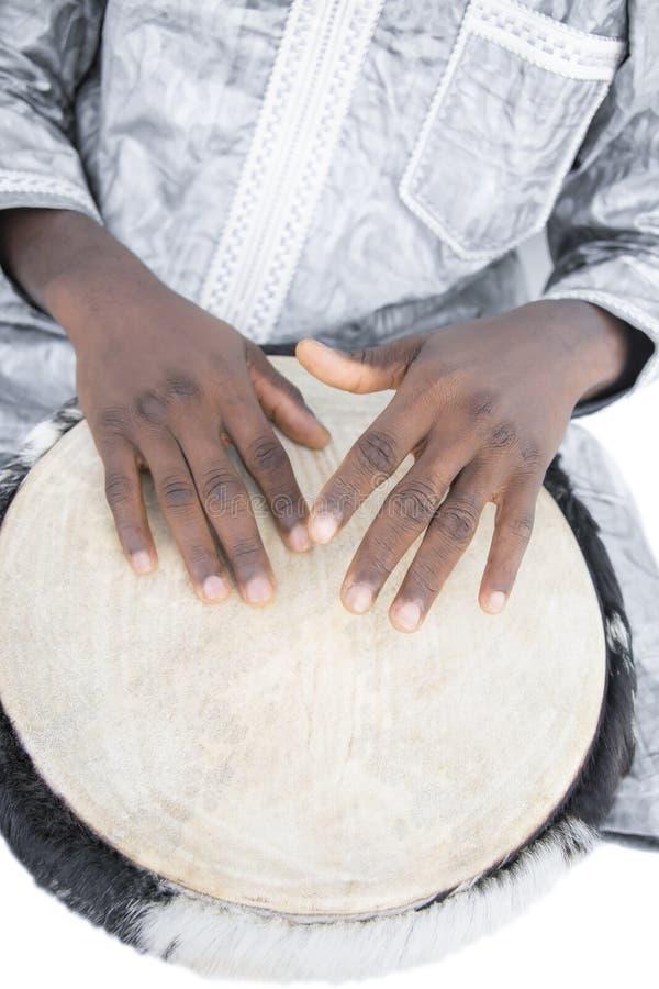 Vrai joueur de Djembe, vêtement traditionnel, Sénégal photographie stock