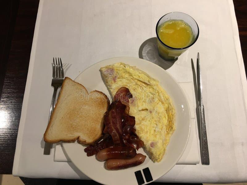 Vrai petit déjeuner anglais dans l'hôtel photographie stock libre de droits