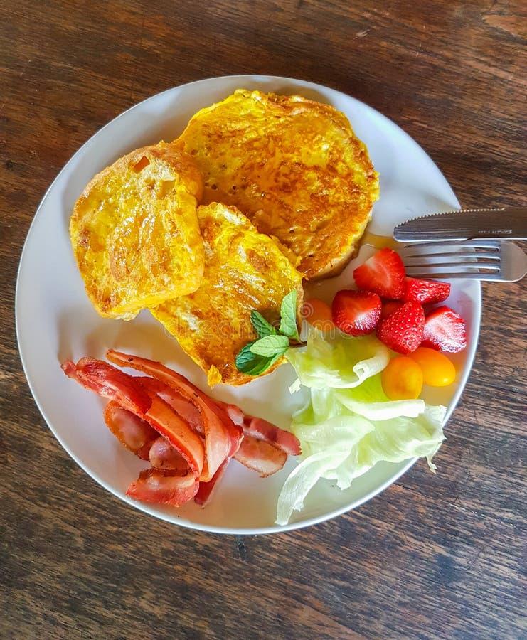 Vrai petit déjeuner de nourriture du plat blanc photo libre de droits