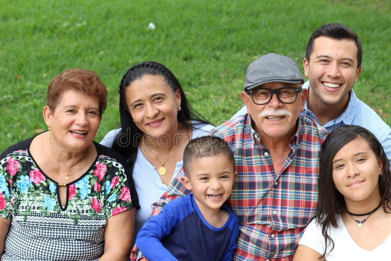 Vrai portrait ethnique joyeux de famille images stock