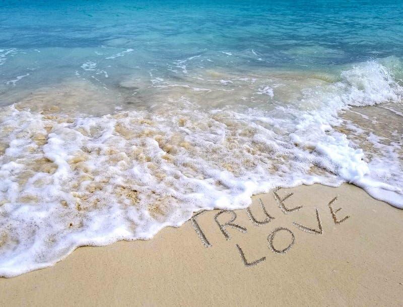 Vrai signe d'amour sur le sable de plage photo stock