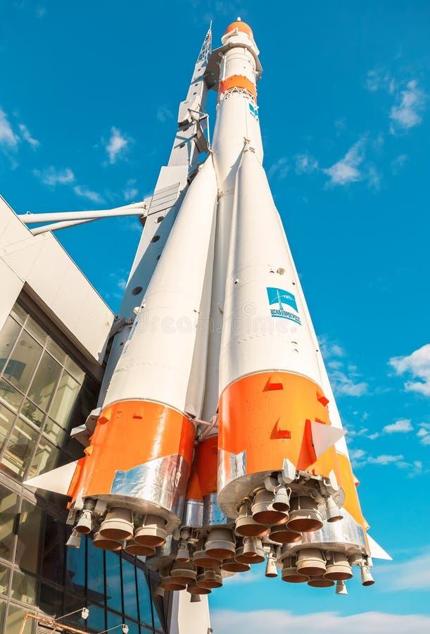 Vrai type fusée de ` de Soyuz de ` comme monument en Samara, Russie photos stock