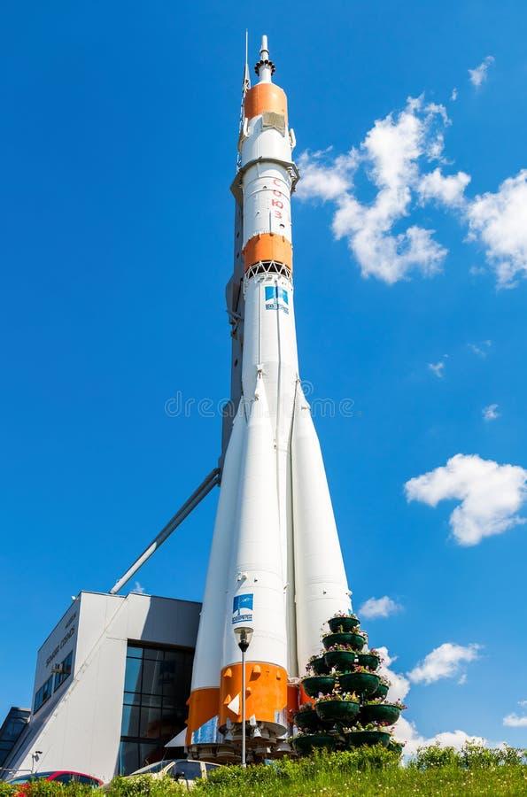 Vrai vaisseau spatial de Soyuz comme monument contre le ciel bleu image libre de droits