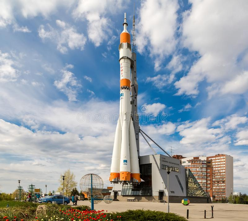 Vrai vaisseau spatial de Soyuz comme monument dans le jour ensoleillé d'été photographie stock libre de droits