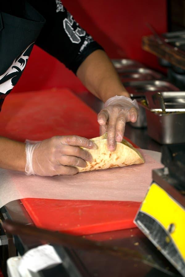 Vraie cuisine de restaurant d'aliments de préparation rapide et du chef qui faisant cuire un chiche-kebab de doner images libres de droits