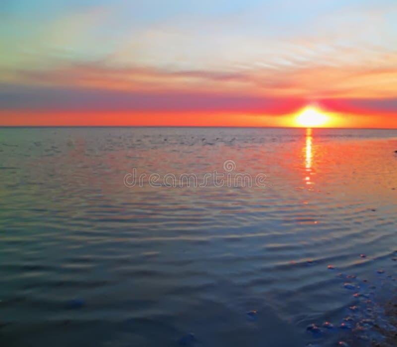 Vraie photo brouillée optique de coucher du soleil sur la plage de mer, pour le backgroun images stock