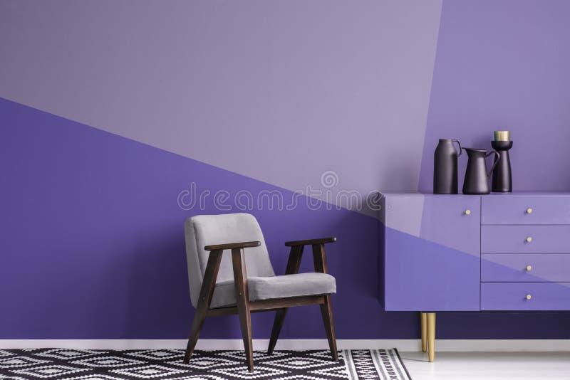 Vraie photo d'un fauteuil sur modelé, noir gris et en bois et wh photographie stock