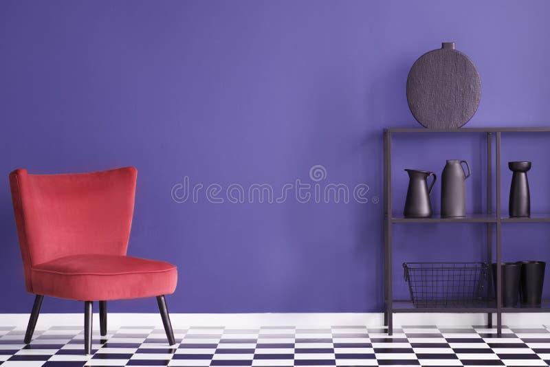 Vraie photo d'un intérieur coloré de salon avec le rouge, velours a photographie stock