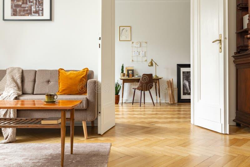 Vraie photo d'un rétros intérieur de salon et vue d'un siège social Vue par une porte photos stock