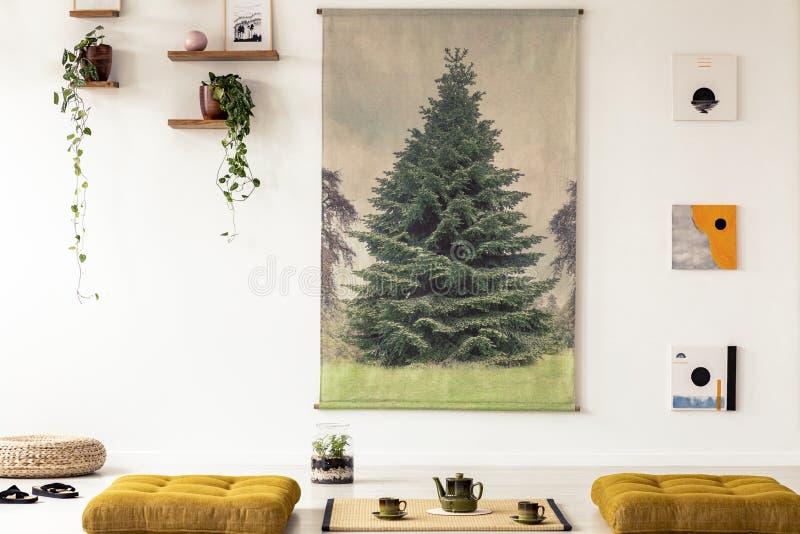 Vraie photo d'une affiche japonaise sur un mur dans le salon asiatique i images stock
