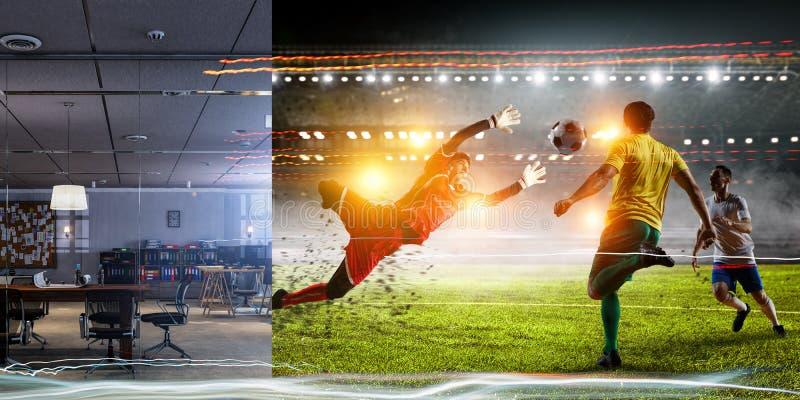 Vraie pièce contre la partie de football de stade de réalité virtuelle image stock