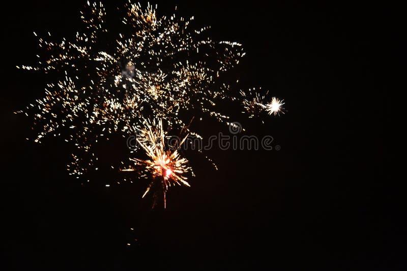 Vrais feux d'artifice du ` un s de nouvelle année images stock