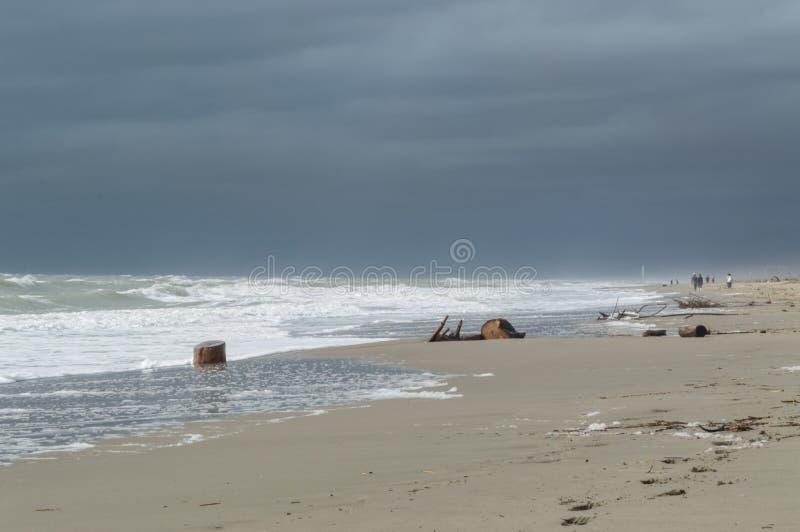 Vrakgods på stranden på en stormig dag royaltyfria foton
