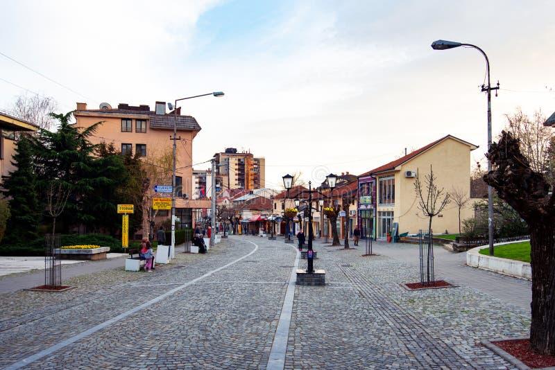 Vranje, Sérvia - 4 de abril de 2018: Rua pedestre em Vranje na fotografia de stock