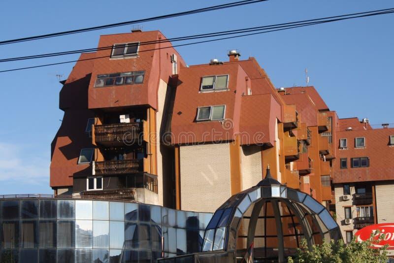 Vranje Serbien, 15 07 2017 - Ett härligt landskap av en glass byggnad, stora byggnader av den moderna designen royaltyfri fotografi