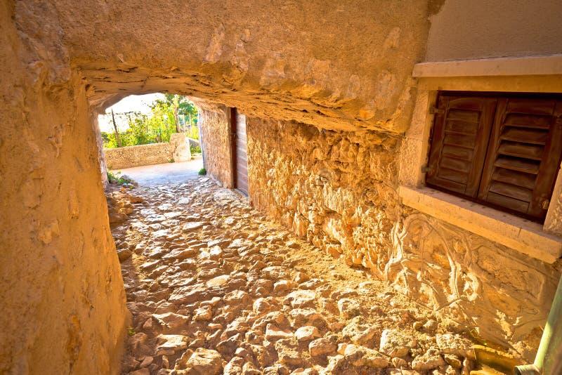 Vrbnik历史的石steet段落视图镇  库存照片
