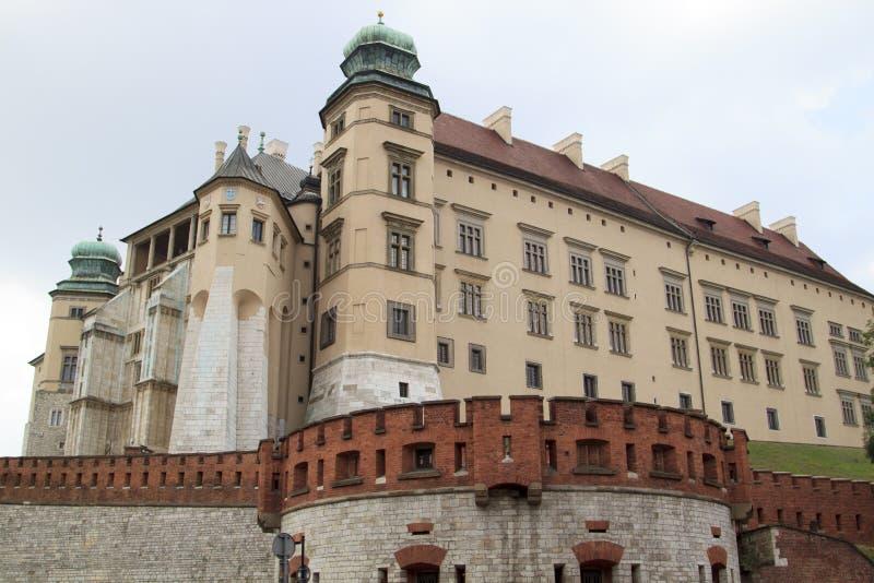 ?vre sikt f?r slut av historisk kunglig slottbyggnad p? den Wawel kullen royaltyfri foto