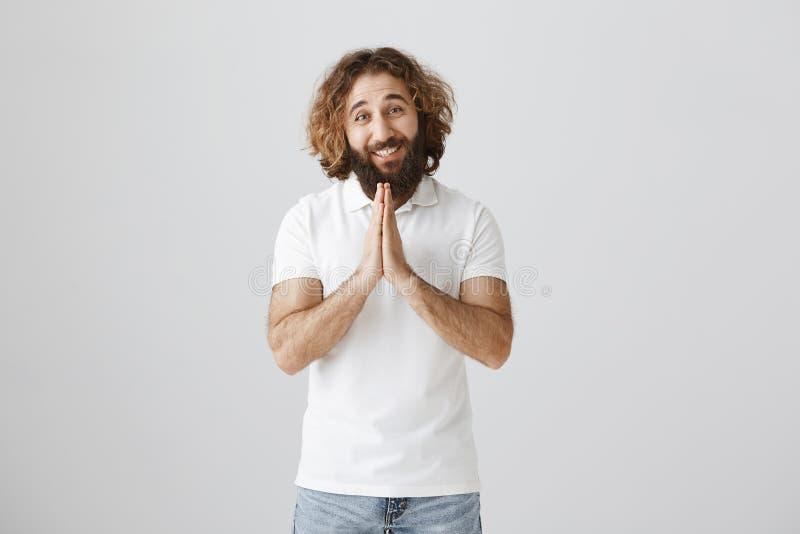 Vrede aan uw huis De vriendelijke en vriendschappelijke Pasen-mens met krullend bruin haar en de baard die zich in toevallig over royalty-vrije stock foto