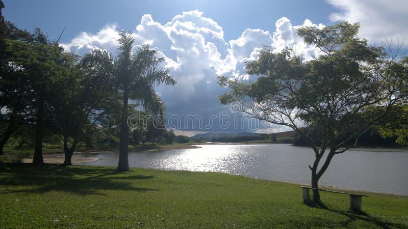 Vrede en rust in een dam stock afbeeldingen