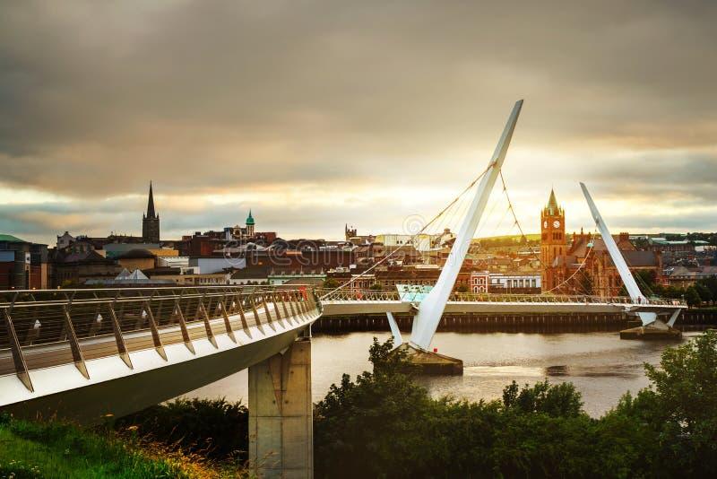 Vredesbrug in Derry Londonderry in Noord-Ierland met stadscentrum royalty-vrije stock foto's