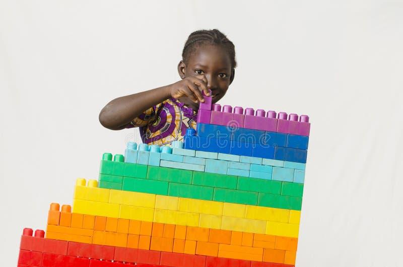 Vredessymbool - Afrikaanse meisjesbouwstenen voor een toekomst zonder stock afbeeldingen