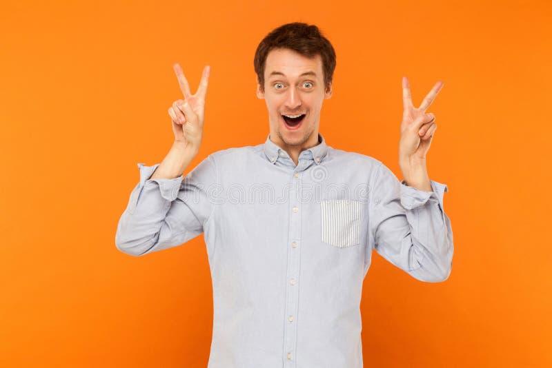 Vredesteken Kwam de geluk jonge volwassen mens die vredesteken tonen bij royalty-vrije stock foto's