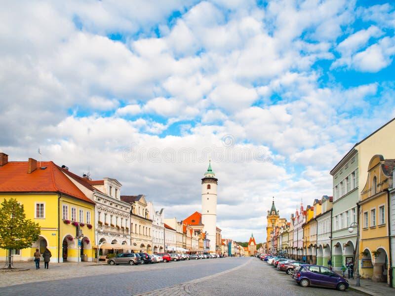 Vredesvierkant met Witte Toren van Domazlice op zonnige dag, Tsjechische Republiek royalty-vrije stock foto's