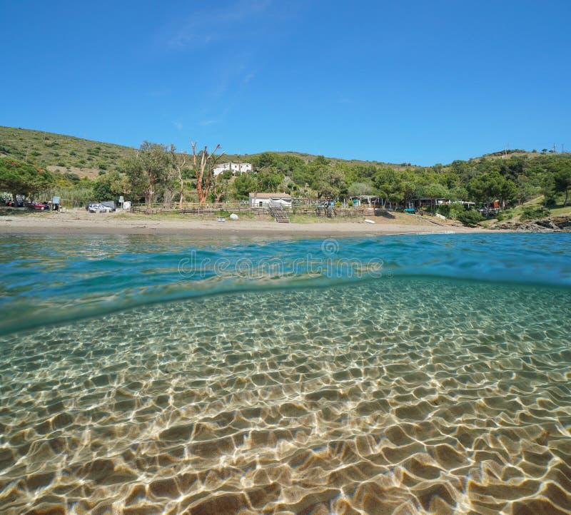 Vreedzaam het strand Mediterraan zand van Spanje onderwater stock afbeelding